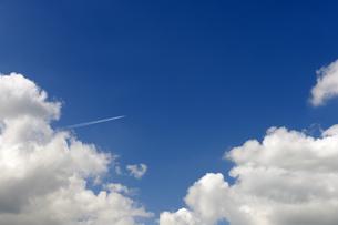 入道雲と飛行機雲の写真素材 [FYI04774034]