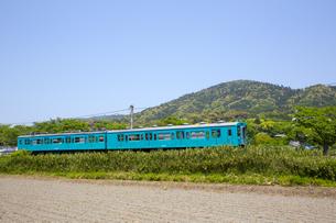 三輪山と電車の写真素材 [FYI04774116]