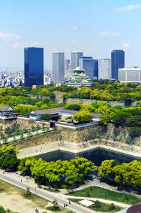新緑の大阪城とOBPビル群の写真素材 [FYI04774135]