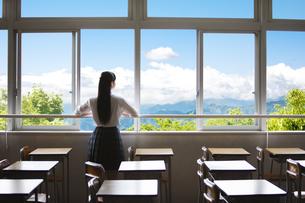 教室の窓から外を眺める女子高生の写真素材 [FYI04774169]