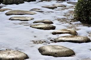 雪庭の飛び石。の写真素材 [FYI04774218]