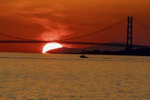 明石海峡大橋と夕日の写真素材 [FYI04774225]