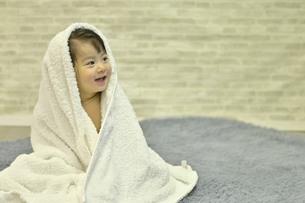 バスタオルに包まれた女の子の写真素材 [FYI04774237]