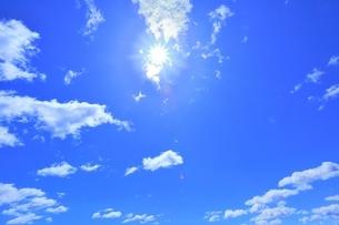 青空の雲と太陽の写真素材 [FYI04774378]