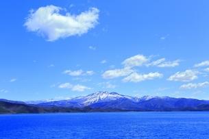 田沢湖と秋田駒ヶ岳の写真素材 [FYI04774381]