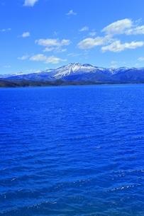 田沢湖と秋田駒ヶ岳の写真素材 [FYI04774382]