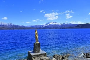 田沢湖の辰子像と秋田駒ヶ岳の写真素材 [FYI04774384]