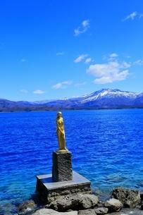 田沢湖の辰子像と秋田駒ヶ岳の写真素材 [FYI04774385]