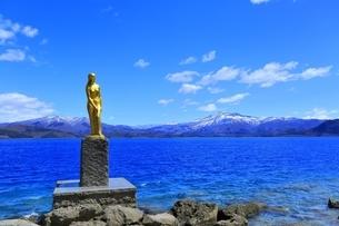 田沢湖の辰子像と秋田駒ヶ岳の写真素材 [FYI04774389]