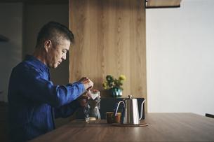 コーヒーを淹れる日本人シニア男性の写真素材 [FYI04774418]