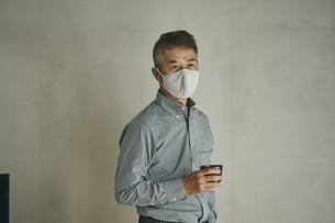 マスクをつけた日本人シニア男性の写真素材 [FYI04774439]