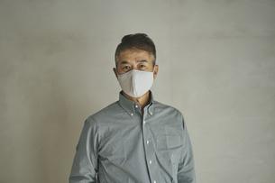 マスクをつけた日本人シニア男性の写真素材 [FYI04774440]