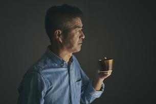 コーヒーカップを持つ日本人シニア男性の写真素材 [FYI04774454]