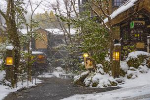 熊本県 黒川温泉の雪景色の写真素材 [FYI04774465]