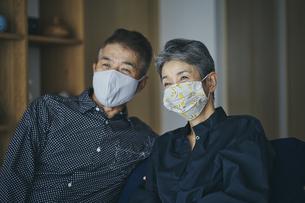 マスクをつけた日本人シニア夫婦の写真素材 [FYI04774469]