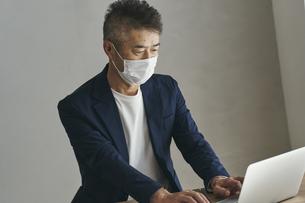 マスクをつけて働く日本人シニア男性の写真素材 [FYI04774471]