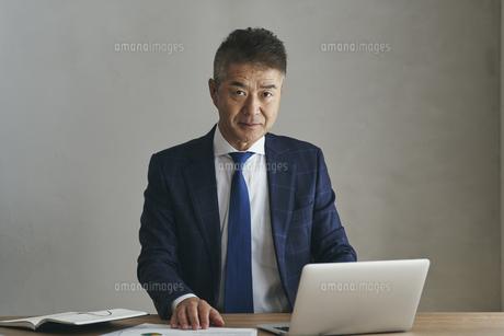 デスクワークをするシニア世代の日本人ビジネスマンの写真素材 [FYI04774476]