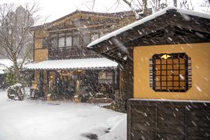 黒川温泉の雪景色の写真素材 [FYI04774480]
