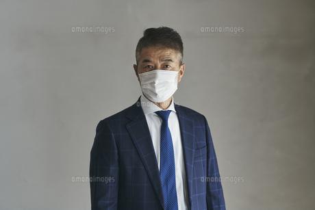 マスクをつけたシニア世代の日本人ビジネスマンの写真素材 [FYI04774494]