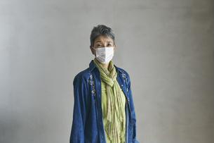 マスクをつけた日本人シニア女性の写真素材 [FYI04774495]