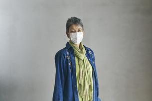 マスクをつけた日本人シニア女性の写真素材 [FYI04774496]