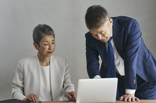仕事をするシニア世代のビジネスマンとビジネスウーマンの写真素材 [FYI04774507]