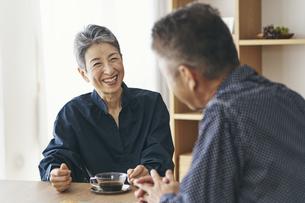 夫と話す笑顔の日本人シニア女性の写真素材 [FYI04774519]