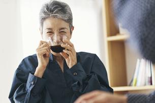 コーヒーを飲む日本人シニア女性の写真素材 [FYI04774520]