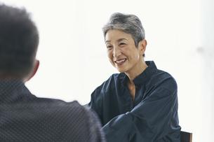 夫と話す笑顔の日本人シニア女性の写真素材 [FYI04774521]