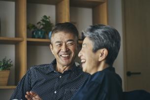 談笑する日本人シニア夫婦の写真素材 [FYI04774527]