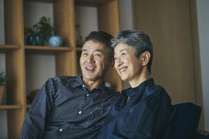 笑顔の日本人シニア夫婦の写真素材 [FYI04774529]