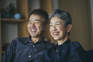 笑顔の日本人シニア夫婦の写真素材 [FYI04774531]