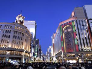 東京都 夕暮れの銀座四丁目交差点の写真素材 [FYI04774548]
