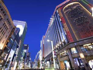 東京都 夕暮れの銀座四丁目交差点の写真素材 [FYI04774550]