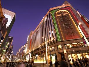 東京都 夕暮れの銀座四丁目交差点の写真素材 [FYI04774551]
