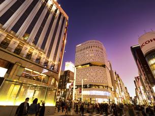 東京都 夕暮れの銀座四丁目交差点の写真素材 [FYI04774557]