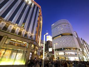 東京都 夕暮れの銀座四丁目交差点の写真素材 [FYI04774561]