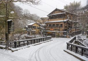 熊本県 黒川温泉の雪景色の写真素材 [FYI04774634]