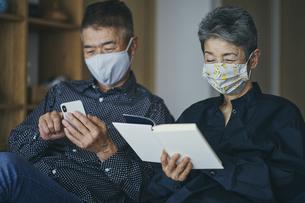 マスクをつけて過ごす日本人シニア夫婦の写真素材 [FYI04774685]
