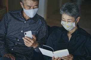 マスクをつけて過ごす日本人シニア夫婦の写真素材 [FYI04774686]