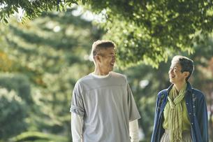 笑顔の日本人シニア夫婦の写真素材 [FYI04774697]