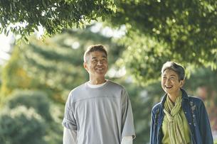 笑顔の日本人シニア夫婦の写真素材 [FYI04774698]