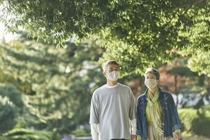 マスクをつけた日本人シニア夫婦の写真素材 [FYI04774701]