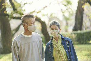 マスクをつけた日本人シニア夫婦の写真素材 [FYI04774702]