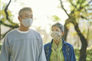 マスクをつけた日本人シニア夫婦の写真素材 [FYI04774703]