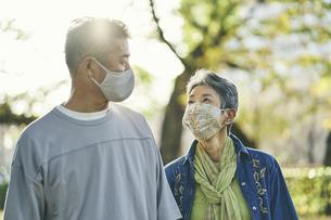 マスクをつけた日本人シニア夫婦の写真素材 [FYI04774704]