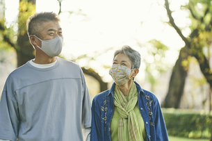 マスクをつけた日本人シニア夫婦の写真素材 [FYI04774705]