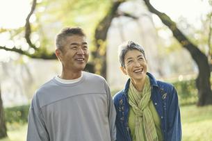 笑顔の日本人シニア夫婦の写真素材 [FYI04774708]