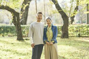 笑顔の日本人シニア夫婦の写真素材 [FYI04774709]