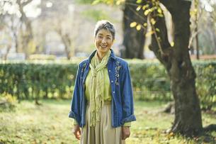 笑顔の日本人シニア女性の写真素材 [FYI04774710]